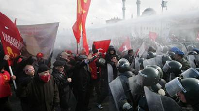Turkish gendarmerie fire water cannon and tear gas as they clash with hundreds of protesters trying to enter a courthouse in Silivri near Istanbul on February 18, 2013. (AFP Photo)