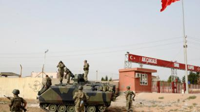 Turkish soldiers take their position at the Akcakale border gate in southern Sanliurfa province October 7, 2012 (Reuters / Stringer)