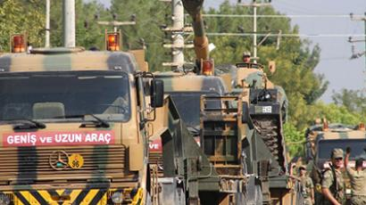 A Turkish army convoy drives to the Syrian border. (AFP Photo)