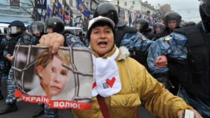 Riot policemen block supporters of former Prime Minister Yulia Tymoshenko on Kiev's central street Krestshchatyk on October 11, 2011 (AFP Photo / Genya Savilov)