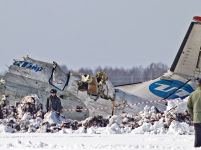Workers of the Ministry of Emergency Situations carry out rescue operations on the site of the crash of an ATR 72 plane (UTair company) that fell shortly after takeoff from Tyumen's airport during a flight to Surgut (RIA Novosti / Maksim Slutsky)