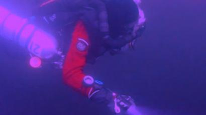 Investigating the mystery object (image from oceanexplorer.se)