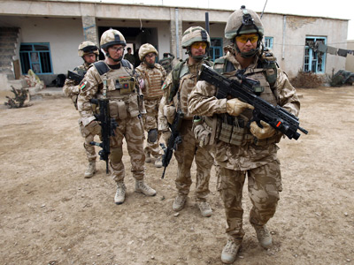 British soldiers of the 1st Batallion of the Royal Welsh before a patrol in the streets of Showal in Nad-e-Ali district, Southern Afghanistan, in Helmand Province (AFP Photo / Thomax Coex)