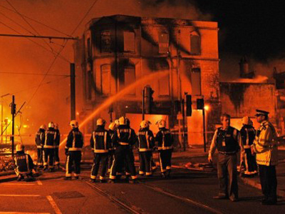 Fire crews try to extinguish a burning 140 year old furniture store in Croydon, London (AFP Photo / Carl de Souza)