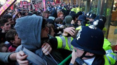 Demonstrators clash with police as they try to gain entry to 30 Millbank, the headquarters of Britain's Conservative Party, during a student protest march, in central London on November 10, 2010 (AFP Photo / Carl Court)