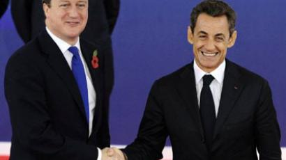 British Prime Minister David Cameron (L) shakes hands with French President Nicolas Sarkozy as he arrives on November 3, 2011 to attend the G20 Summit of Heads of State and Government in Cannes (AFP Photo / JEWEL SAMAD)