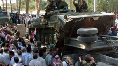 A handout picture released by the Syrian Arab News Agency (SANA) shows Syrian soldiers leaving the eastern city of Deir Zor following a 10-day military operation on August 16, 2011 (AFP Photo / HO / SANA)