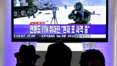 Korea, Seoul : South Koreans watch a live TV breaking news about South Korea's live fire artillery at Seoul train station in Seoul on December 20, 2010. (AFP Photo / Park Ji-Hwan)