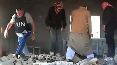 An image grab taken from a video released by the United Nations Supervision Mission in Syria (UNSMIS) on June 8, 2012 shows UNSMIS observers and Syrian villagers inspecting damages in the Syrian village of Al-Kubeir in the central province of Hama (AFP Photo/HO/UNSMIS)