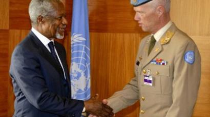 Kofi Annan (L) and Major-General Robert Mood of Norway (AFP Photo / Fabrice Coffrini)