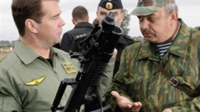 Russian Federation, Kaliningrad : Dmitry Medvedev (L) holds a machine gun during a visit to the Khmelevka firing range of Russia's Baltic fleet in the Kaliningrad enclave on September 28, 2009. (AFP PHOTO / RIA Novosti / Kremlin Pool / Vladimir Rodionov)