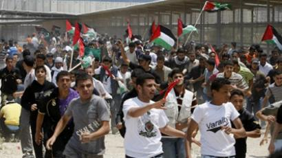 Erez crossing : Palestinian protesters run for cover after Israeli soldiers opened fire during a massive march towards the Erez border crossing in the northern Gaza Strip on May 15, 2011. (AFP Photo / Mohammed Abed)