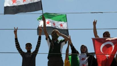 Antakya : Syrian refugees wave Turkish and Free Syrian flags at the Yayladagi Refugee Camp in Antakya, on the Turkish-Syrian border, on April 10, 2012. (AFP Photo/Bulent Kilic)