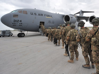 US Soldiers from the 234th Infantry Division, Fort Riley, Kansas board a plane to Afghanistan (AFP Photo/Vyacheslav Oseledko)