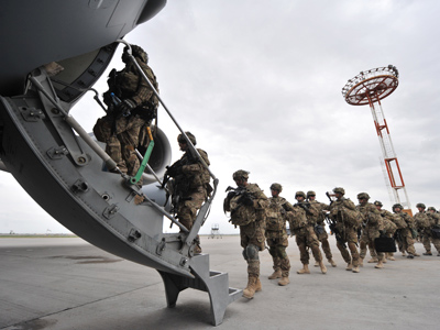US Soldiers from the 234th Infantry Division, Fort Riley, Kansas board a plane from Afghanistan  (AFP Photo / Vyacheslav Oseledko)