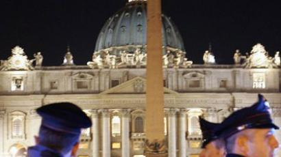 Police stand guard in St-Peter's square at the Vatican. (AFP Photo / Filippo MONTEFORTE )