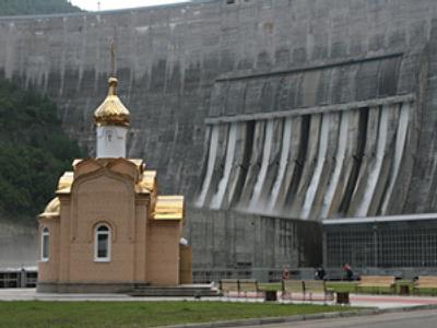 A chapel on the background of the Sayano-Shushenskaya hydro power plant (RIA Novosti / Alexandr Kryazhev)