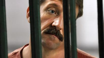 Bangkok: Russian Viktor Bout, the alleged arms dealer, looks on while standing in a cell at the Criminal Court in Bangkok. (AFP PHOTO / Nicolas Asfouri)