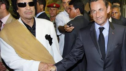 Moamer Khadafi (L) and Nicolas Sarkozy upon his arrival for an offcial visit to Libya, 25 July 2007 in Tripoli (AFP Photo / Patrick Kovarik)