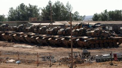 Turkish tanks take position near the border with Syria at Suruc in Sanliurfa on October 12, 2012 (AFP Photo)