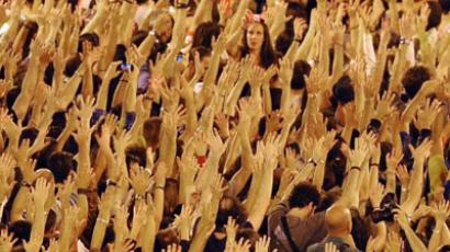 Protesters wave their hands at the Puerta del Sol square in Madrid, on October 15, 2011 (AFP Photo / Dominique Faget)