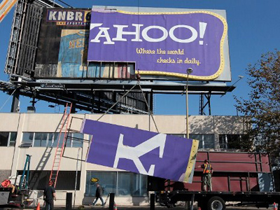 Workers use a crane to move a section of a Yahoo! billboard onto a truck on December 21, 2011 in San Francisco, California (Justin Sullivan / Getty Images / AFP)