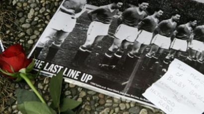 A red rose has been laid next to a photo during the inauguration of a memorial stone for players of the British club Manchester United killed in a plane crash in 1958, during a commemoration on February 6, 2008 in Munich (AFP Photo DDP/Lennart Preiss / Germany Out)