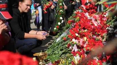 Flowers and candles at the Arena 2000 stadium to mourn Lokomotiv Yaroslavl hockey players killed in the YAK-42 plane crash at its take-off from the Tunosha airport (RIA Novosti)