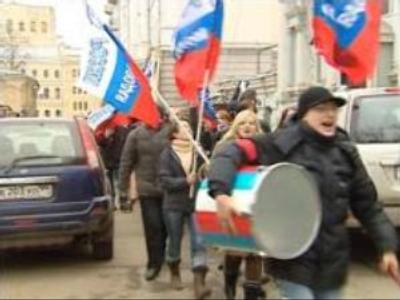 Youth activists rally at Estonian embassy in Moscow