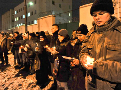 Minsk : People hold candles near a prison in Minsk on December 21, 2010 (AFP Photo / Viktor Drachev)