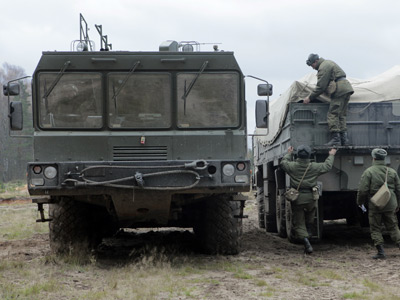 Servicemen loading Iskander high-precision missile system during military exercises (RIA Novosti / Alexey Danichev)