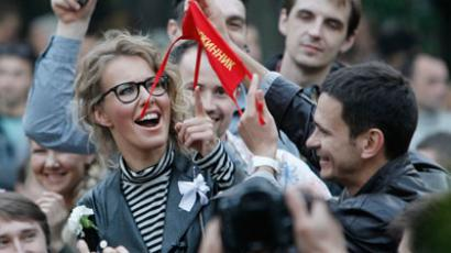 Opposition leader Ilya Yashin (R) shows a security patch as television host and opposition activist Ksenia Sobchak looks at it as opposition try to set on their own security at protest camp in a boulevard in central Moscow.(Reuters / Denis Sinyakov)