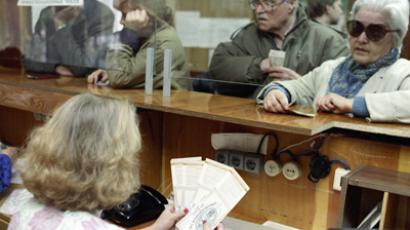 The first day of privatization cheques (vouchers) issuing at Sberbank, Moscow on October 1, 1992 (RIA Novosti / Vitaliy Arutjunov)