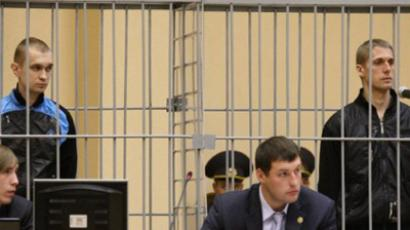 Two suspects in the April 11 deadly bomb attack in the Minsk metro, Dmitry Konovalov (L) and Vladislav Kovalev (R), standing inside the defendant cage in the House of Justice in the Belarus capital. (AFP Photo / Alexey Gromov)