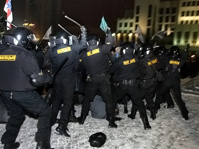 Belarus, Minsk: Protesters clash with riot police during a rally in Minsk early on December 20, 2010. (AFP Photo / Andrey Smirnov)