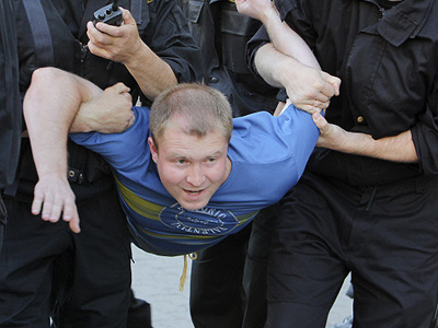 "Belarusian police draw ""applause"" from protesters"
