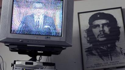 "Morocco's King Mohammed VI delivering a speech on TV, next to a portrait of leftist revolutionary Ernesto ""Che"" Guevara AFP Photo/ Abdelhak Senna)"