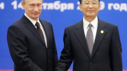Vladimir Putin (L) and Wen Jiabao (AFP Photo / Pool / Minoru Iwasaki)