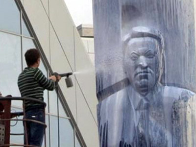 Yeltsin monument paint-bombed, Communists approve