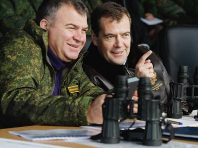 Dmitry Medvedev (R) and Anatoly Serdyukov (RIA Novosti / Dmitry Astakhov)