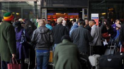 Airline passengers queue to enter Heathrow airport's Terminal 3, west of London.(AFP Photo / Ben Stansall)