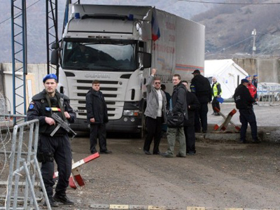 A picture taken on December 13, 2011 shows a Romanian officer of the EULEX mission in Kosovo standing guard in front of a truck carring Russian aid at the border crossing of Jarinje between Serbia and northern Kosovo (AFP Photo / Sasa Djordjevic)