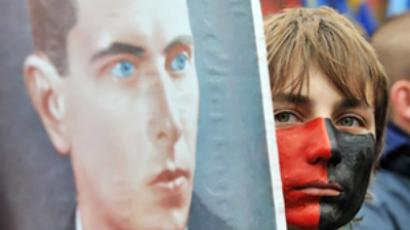 A youth carries a portrait of Stepan Bandera during an ultra-nationalist march in Kiev on October 14, 2009 (AFP Photo / Sergei Supinsky)