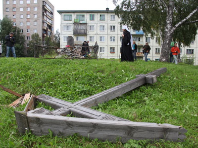 A worship cross, dedicated to the memory of victims of political repressions in Arkhangelsk, cut down by unidentified vandals. (RIA Novosti / RIA Novosti)