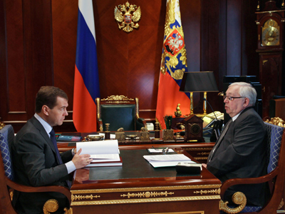 Dmitry Medvedev (L) and Human Rights Ombudsman Vladimir Lukin on February 28, 2012(RIA Novosti / Vladimir Rodionov)