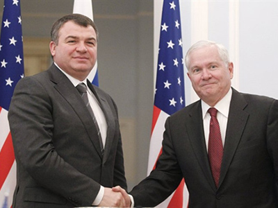 US Defense Secretary Robert Gates and Russia's Defense Minister Anatoly Serdyukov shake hands after making their statements to reporters after their meeting in Moscow on March 22, 2011 (AFP Photo / Pool / Charles Dharapak)