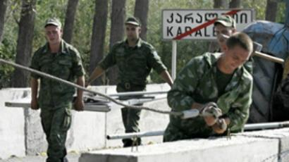 Georgia, Karaleti : Russian peackeeping soldiers dismantle the Karaleti checkpoint (AFP Photo / Vano Shlamov)