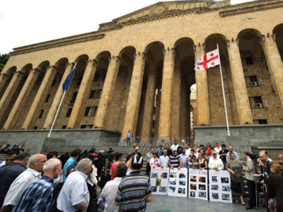 A group of opposition activists rally in front of the Georgian parliament, in Tbilisi (AFP Photo / Vano Shlamov)