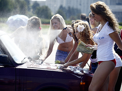 Car wash in support of Putin, RT image