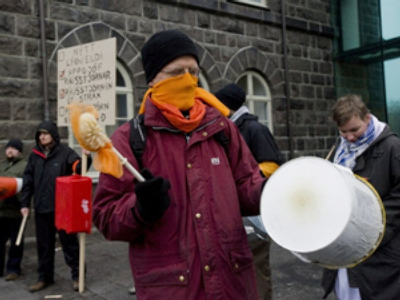 Demonstrators gather to celebrate the government's resignation in Reykjavik on January 26, 2009 (AFP Photo / Halldor Kolbeins)